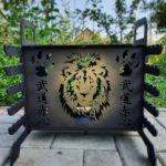 красивое костровище с вырезанным львом