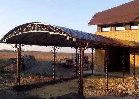 Навес с коваными элементами и крышей из металлопрофиля