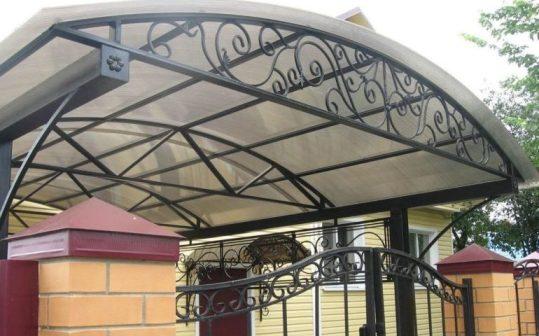 Кованый навес с крышей из поликарбоната