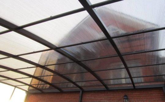 Монолитный навес из поликарбоната для фасада дома