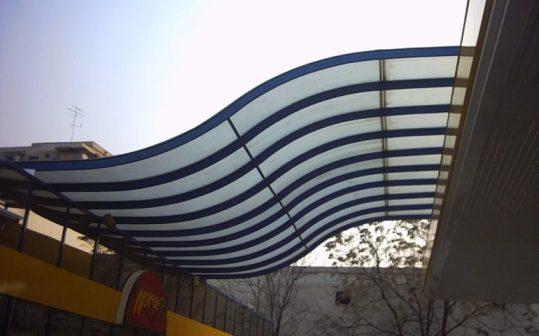 Изогнутый монолитный навес из поликарбоната