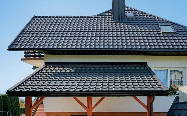 Навес к фасаду дома из металлочерепицы на деревянных стойках
