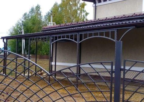 Навес из металлочерепицы для фасада дома