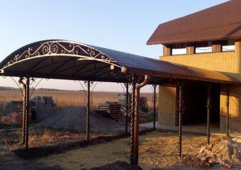 Арочный навес для дома с коваными элементами