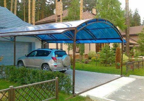 Металлический навес для автомобиля из поликарбоната