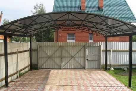 Поликарбонатный арочный навес для дома