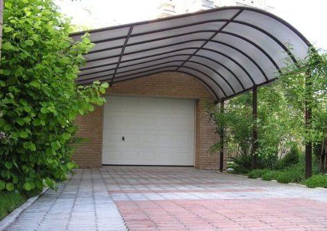 Металлический навес к дому для гаража