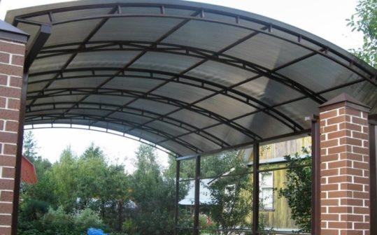Навес для дома с поликарбонатной крышей