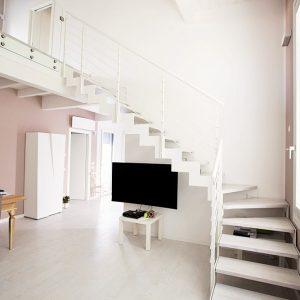 ЛМГО-50.Г-образная лестница на второй этаж в частном доме