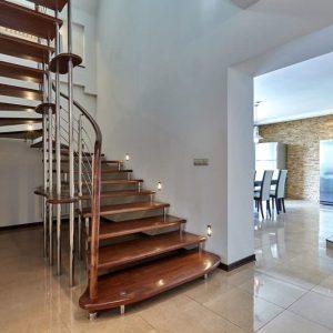 ЛМПО-45. Лестница в стиле модерн из металла с деревянными ступеньками