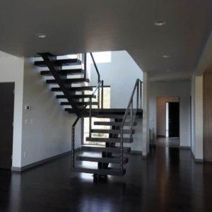 ЛМПО-50. П-образная металлическая лестница на косоуре в классическом стиле