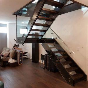 ЛМПО-15. П-образная лестница со стеклянными ограждениями и деревянными ступенями