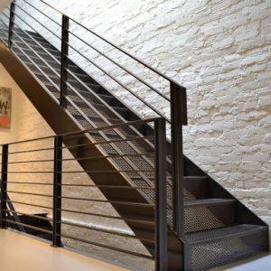 ЛМП-25. Лестница из металла на второй этаж частного дома в классическом стиле