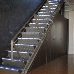 ЛМП-115. Металлическая лестница со стеклянными ступенями и подсветкой