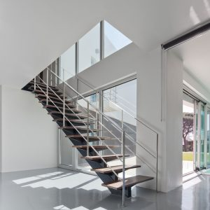ЛМП-5. Прямая лестница на металлическом монокосоуре с деревянными ступенями